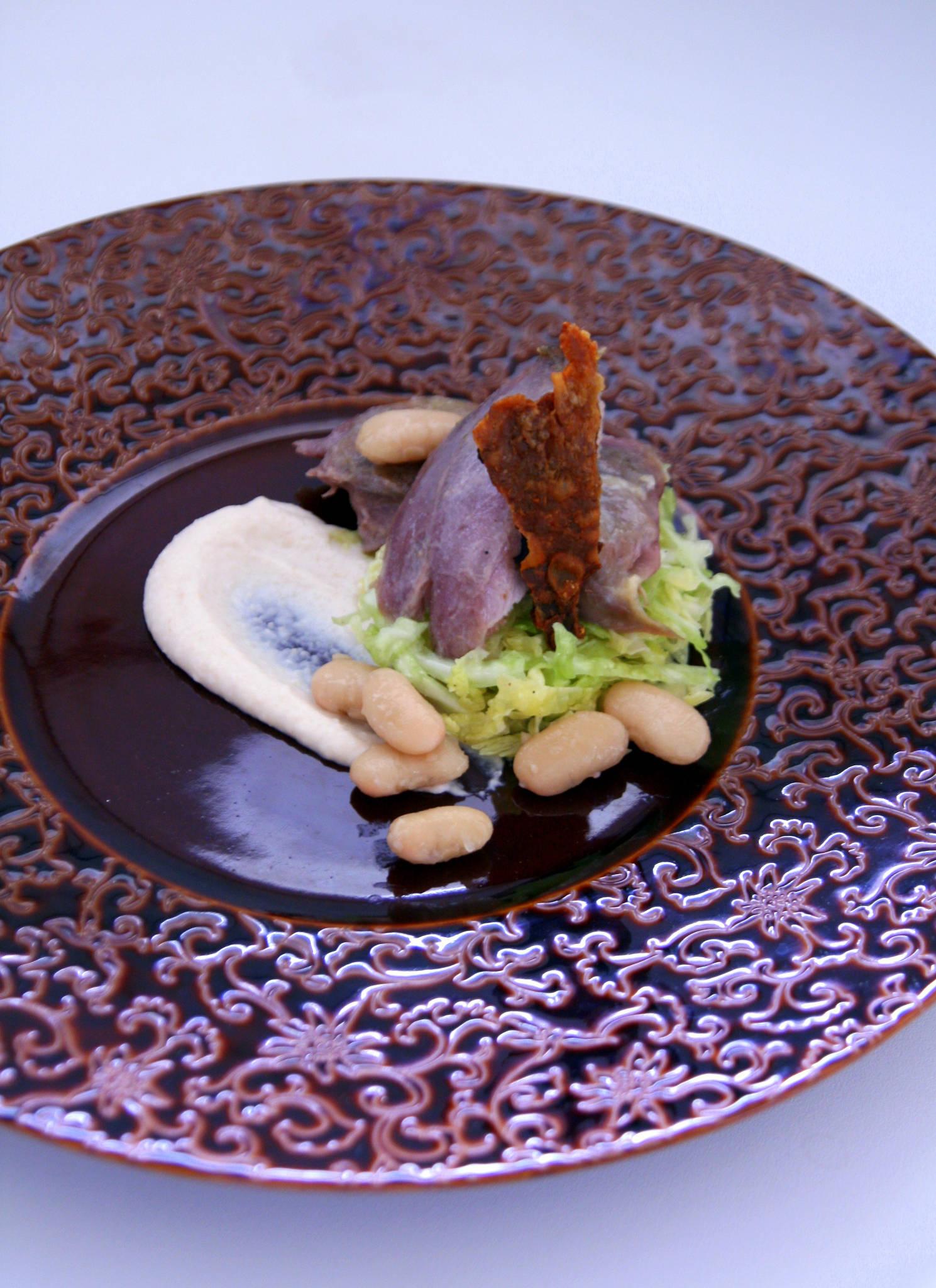 Confit de canard maison, haricots blancs en deux façons à la cannelle, salade de chou à l'huile de noix
