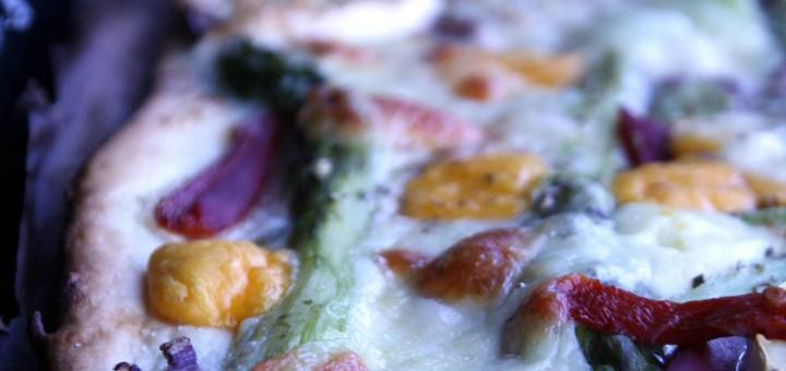 Pizza blanche aux asperges, cuisson au barbecue