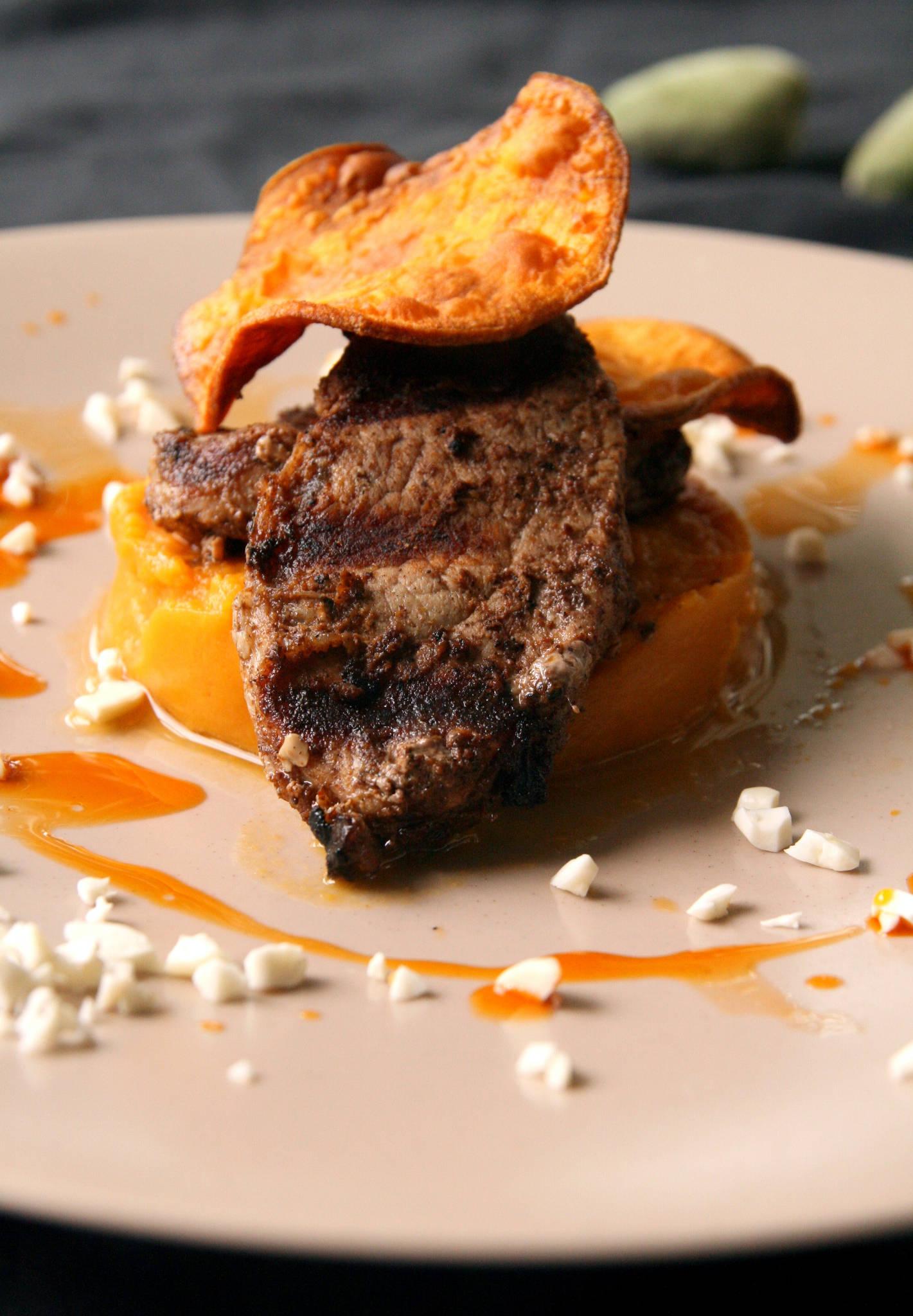 Médaillons de filet mignon de porc gingembre-cannelle au barbecue, patate douce en deux façons, amandes fraîches