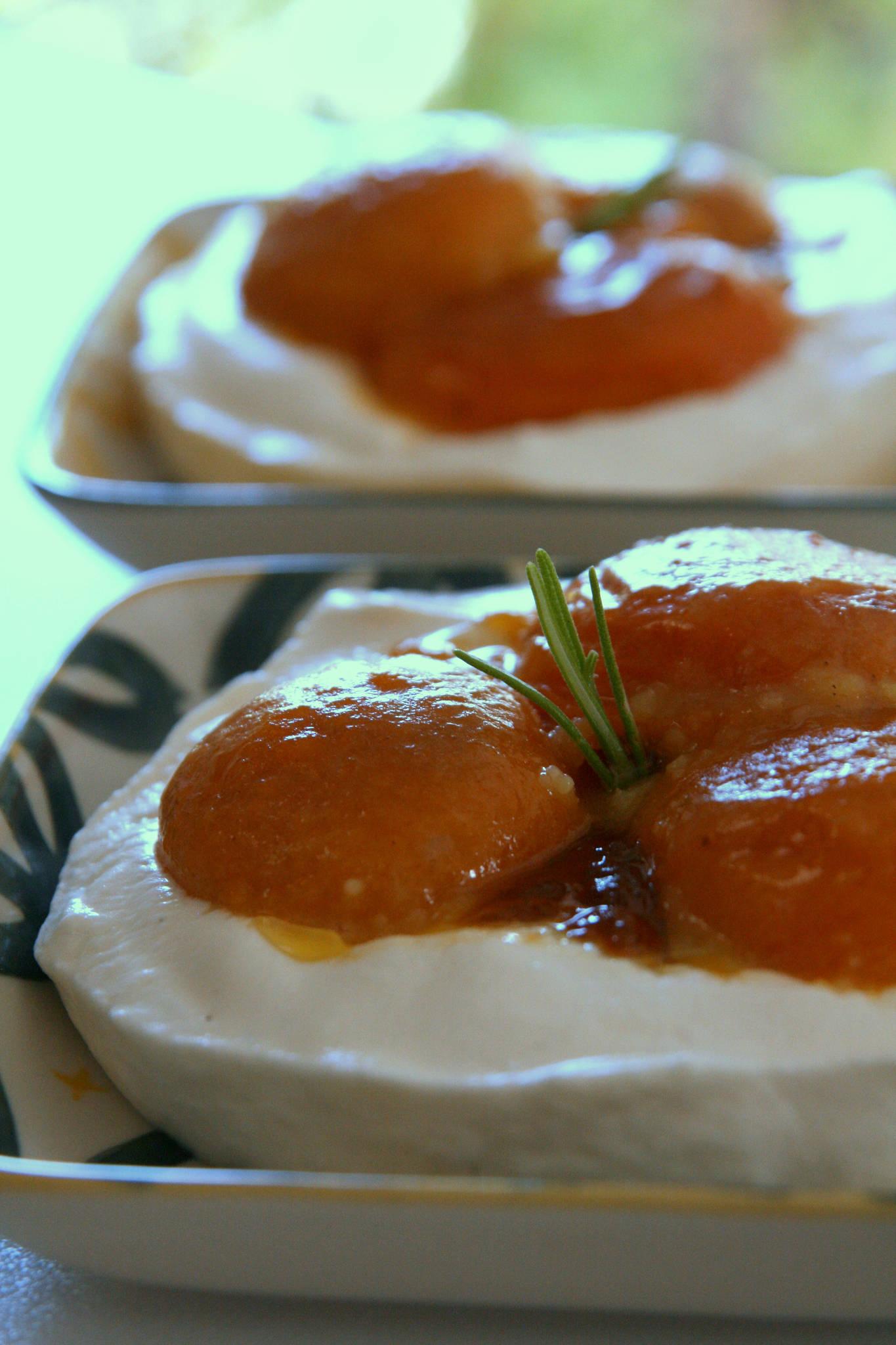 Fontainebleau aux abricots rôtis au romarin