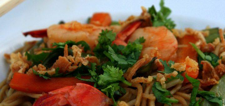 Nouilles aux crevettes, pois gourmands et carottes, citronnelle et gingembre