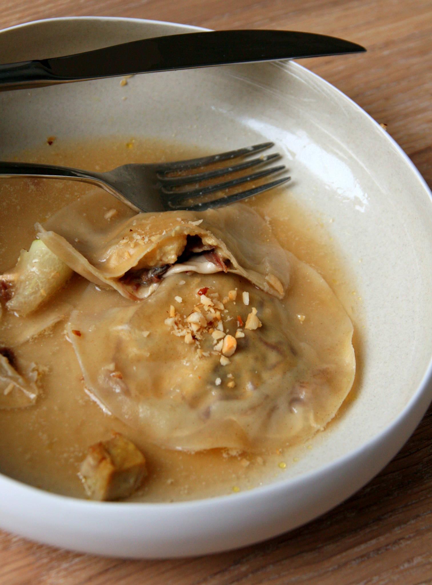 Ravioles foie gras, confit de canard et poire