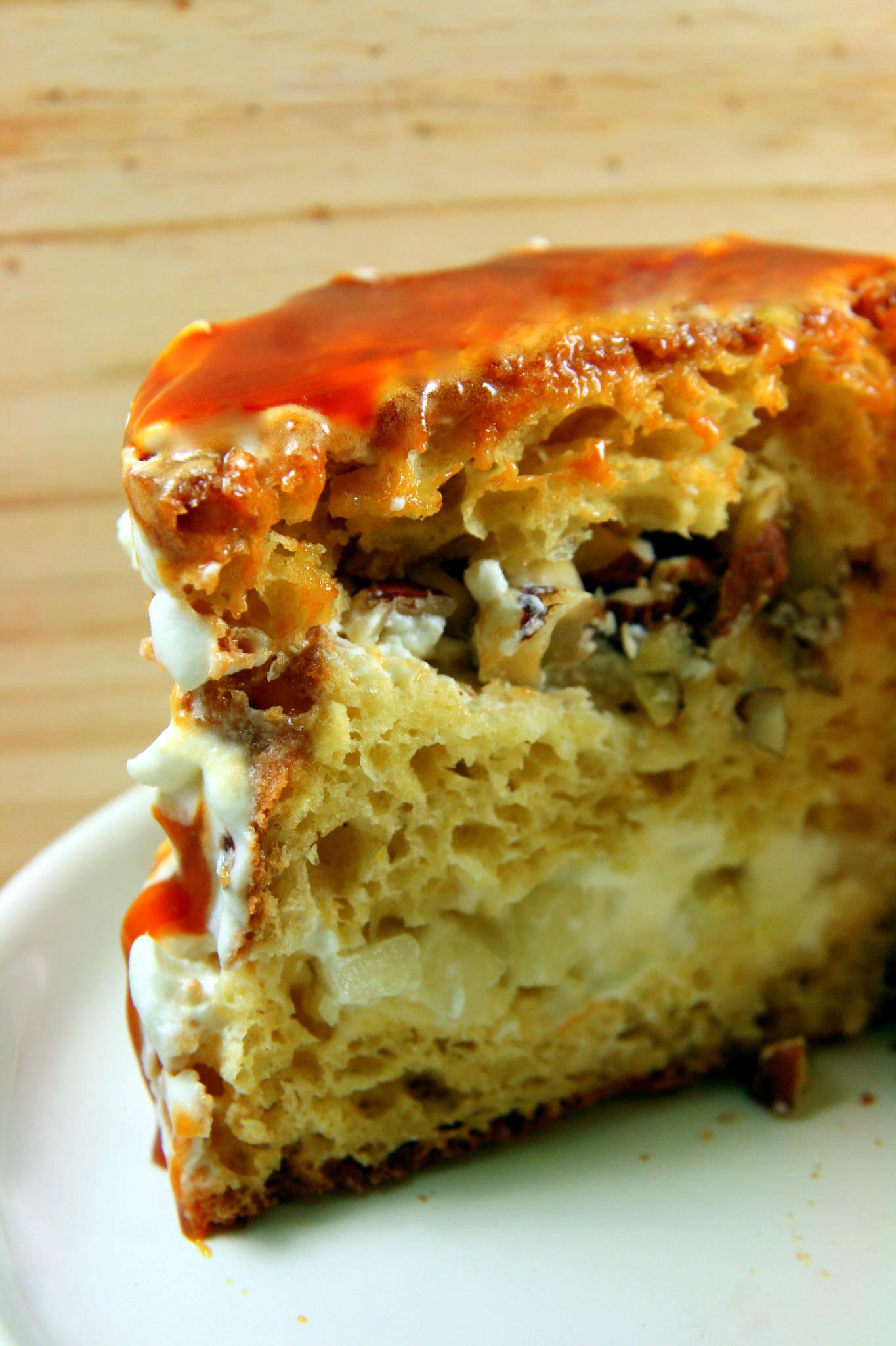 Gâteau de Savoie comme un layer cake, caramel, poire et noisette
