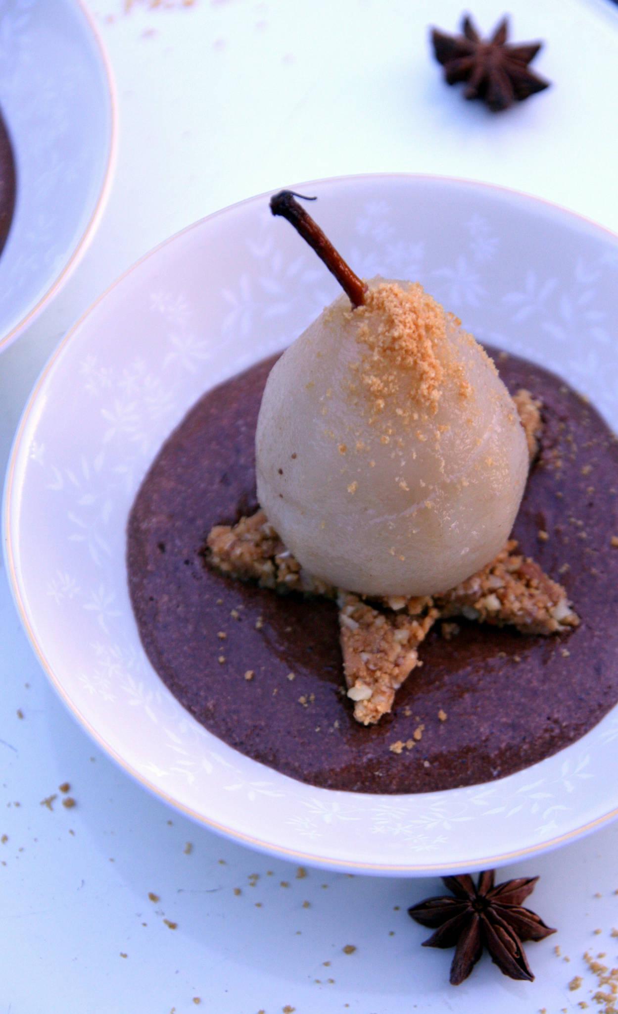 Poire pochée aux épices, mousse au chocolat et tonka, croustillant spéculoos et noix de pécan