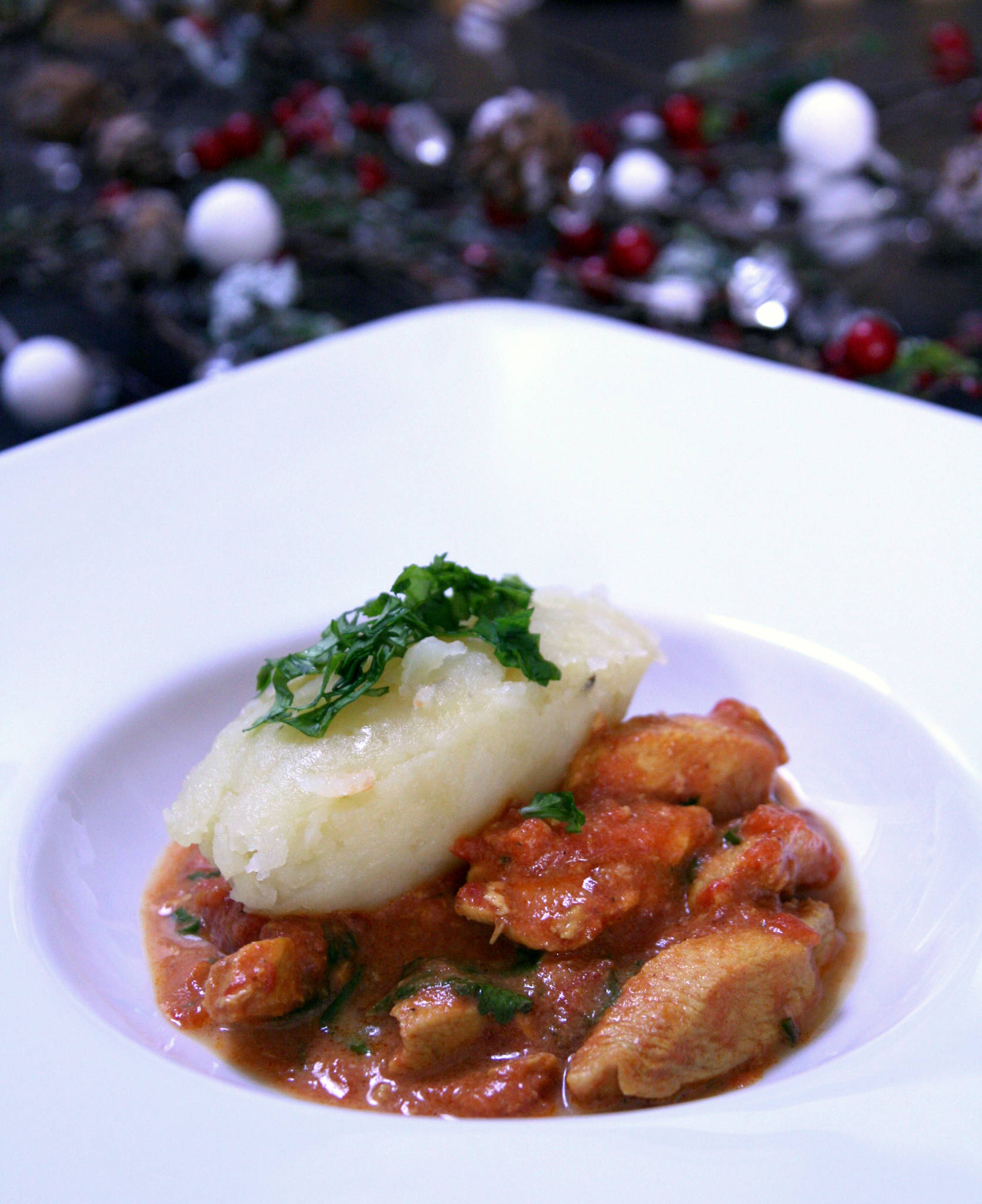 Poulet mariné au curry et à la tomate, écrasée de pommes de terre à la coco