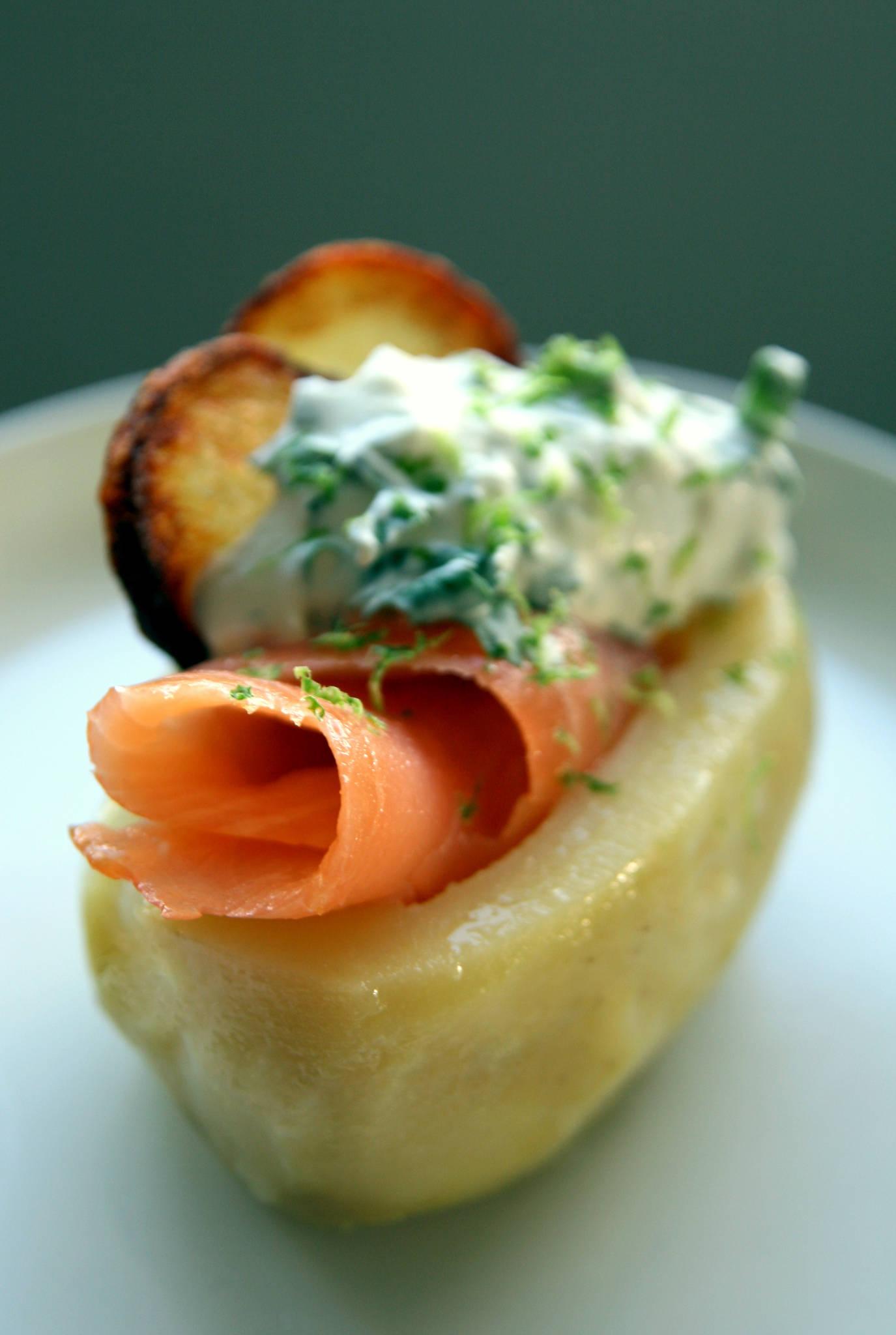 Pomme de terre et saumon fumé, crème de Bresse citronnée à la coriandre
