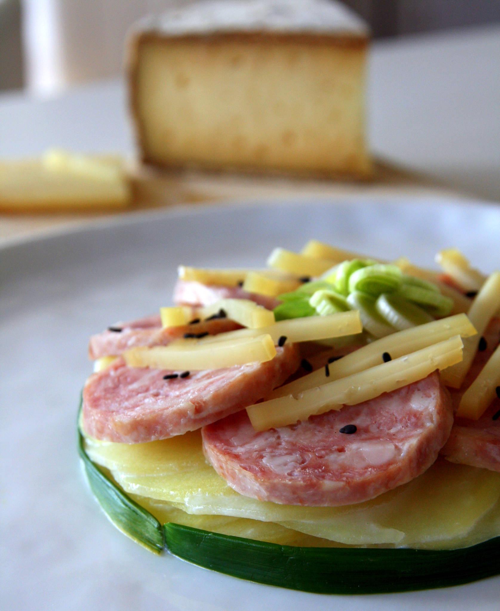 Saucisse de Morteau en rosace, pommes de terre à la Tomme de Savoie et à l'aillet