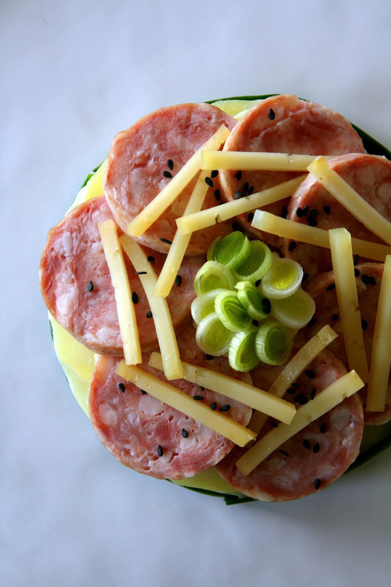 Saucisse de morteau en rosace pommes de terre la tomme - Comment cuisiner la saucisse de morteau ...