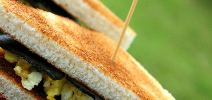 Club-sandwich brouillade d'œufs aux truffes, pesto de fanes de carottes et tomates-cerises