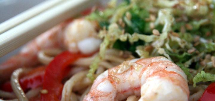 Nouilles sautées aux crevettes et légumes, chou mariné & sésame