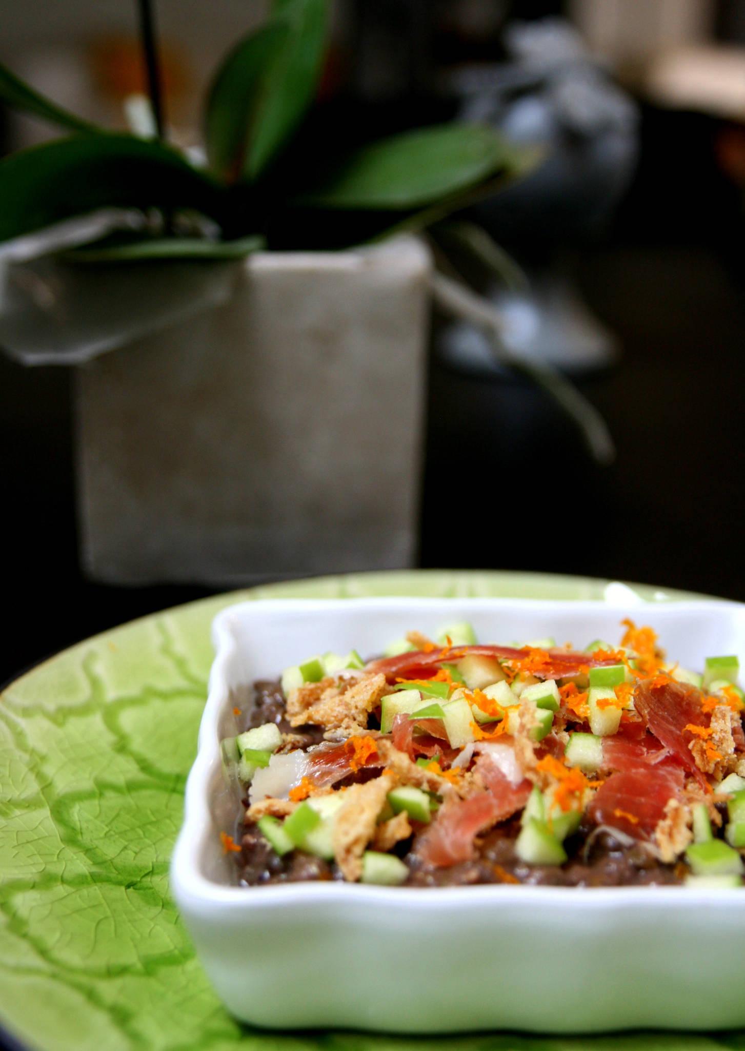 Salade de lentilles, jambon, pomme et oignons frits