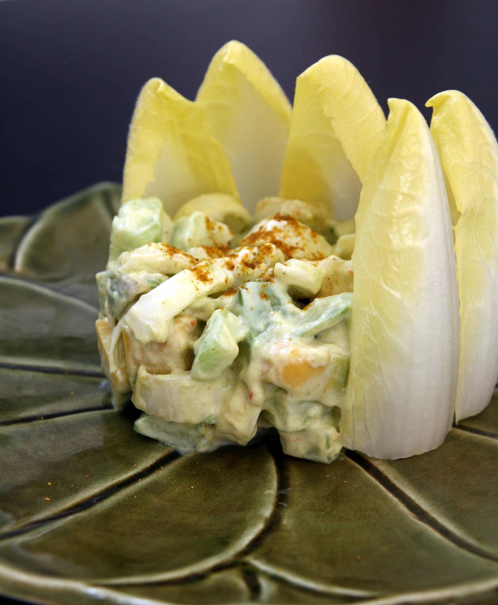 Salade d'hiver : avocat, concombre, endive, sauce légère au curry