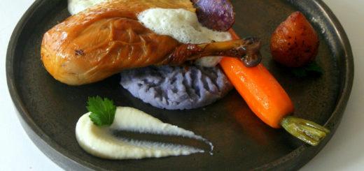 En faire tout un foin - Poulet des Landes cuit au foin et à la sauge, vitelottes en deux cuissons, carotte glacée et cerfeuil tubéreux, purée d'ail, crème infusée à la sauge