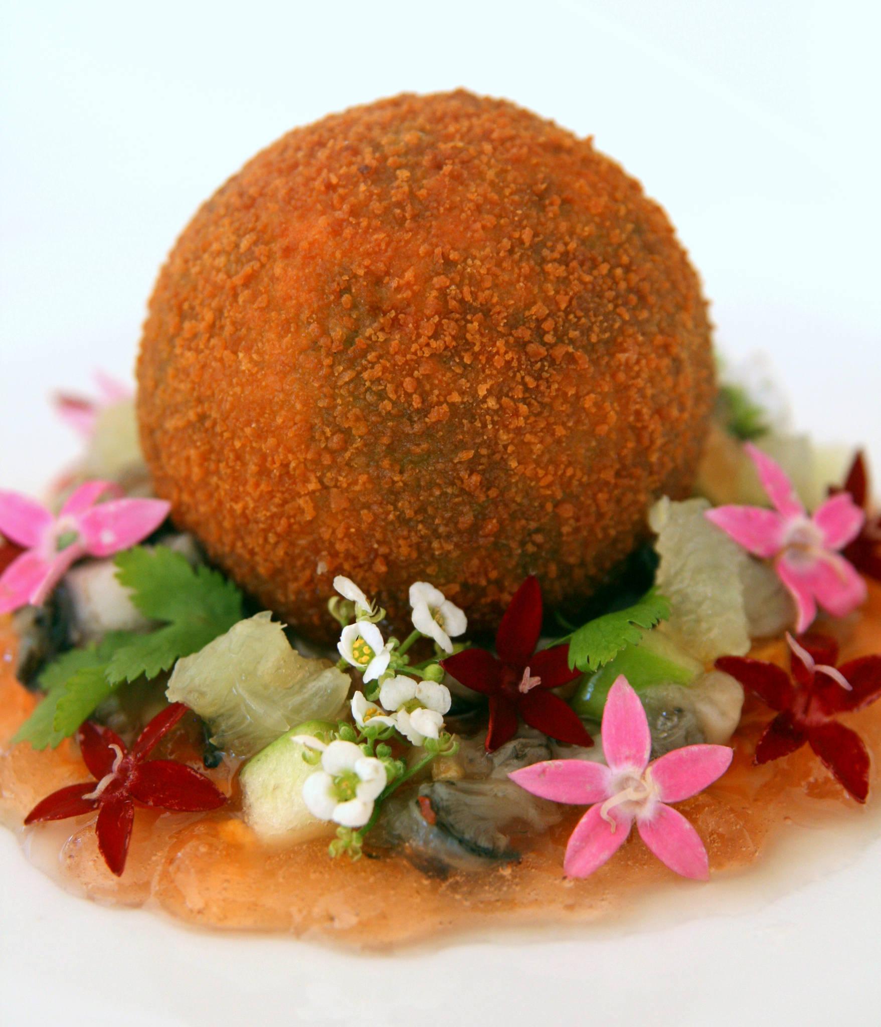 Trouver la perle - Cromesqui de moule à la coriandre sur un tartare d'huîtres et de moules, gelée de pomme à la rose