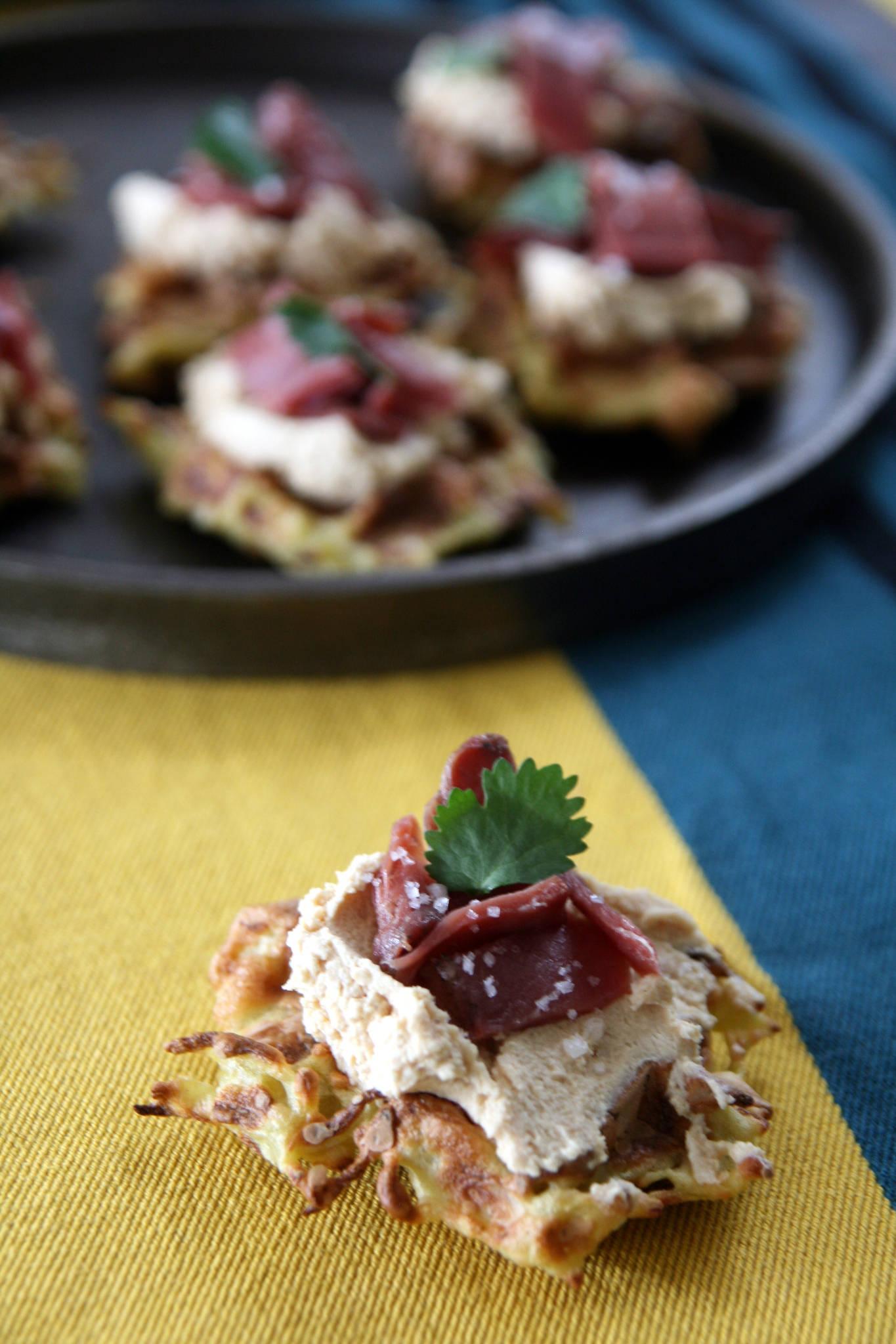 Mini-gaufres de pommes de terre, foie gras et magret fumé