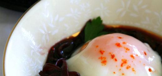 Oignons confits au vin & œuf parfait