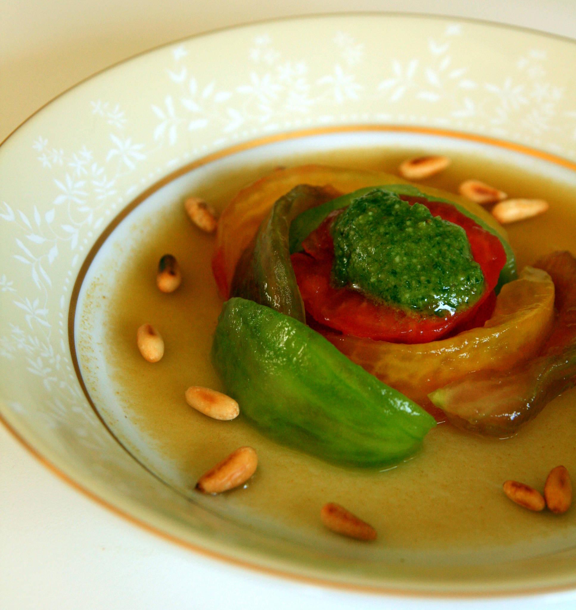 Salade de tomates multicolores, gelée d'eau de tomates, pesto basilic