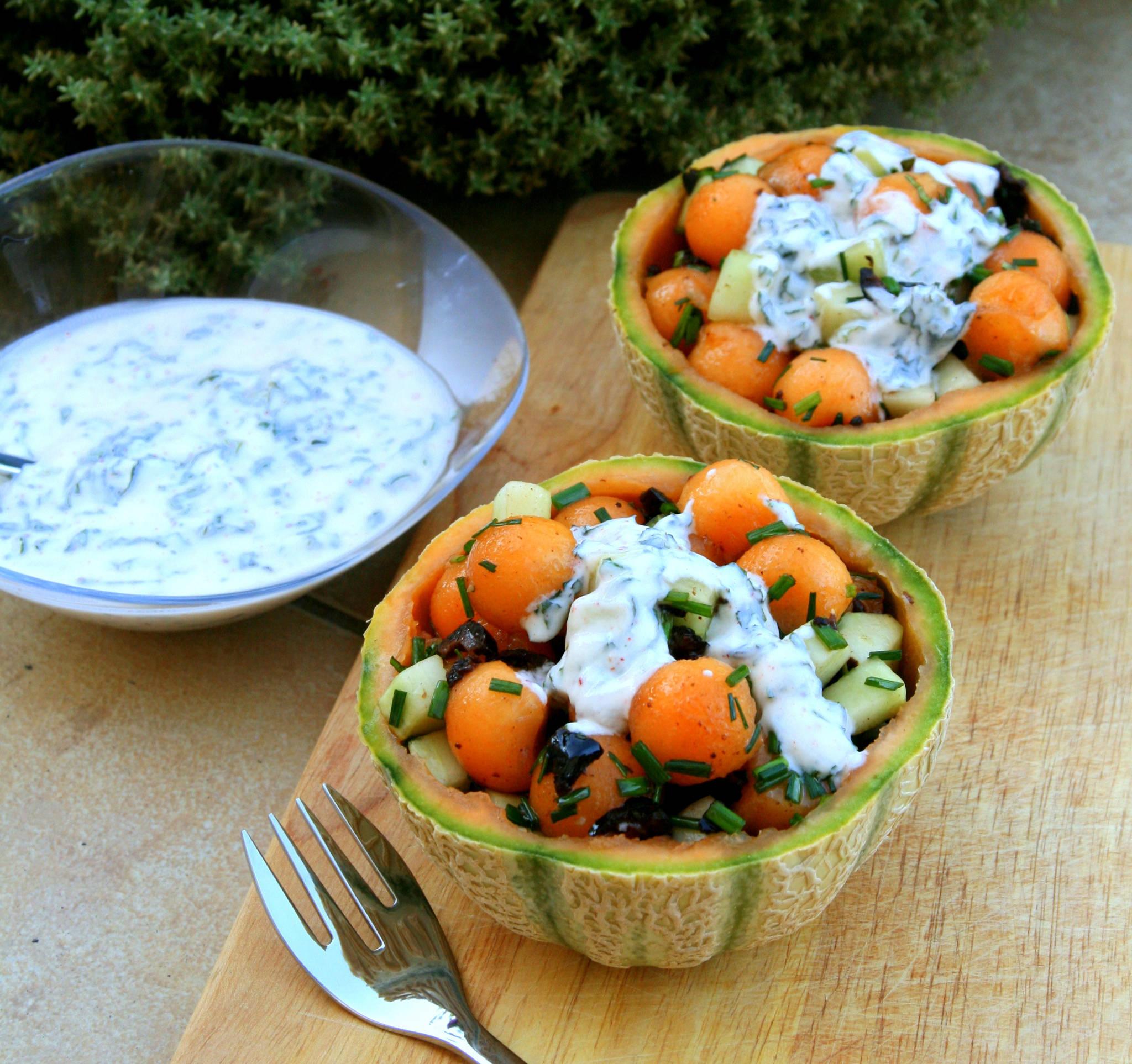 Salade melon, concombre & olives noires, sauce yaourt à la menthe