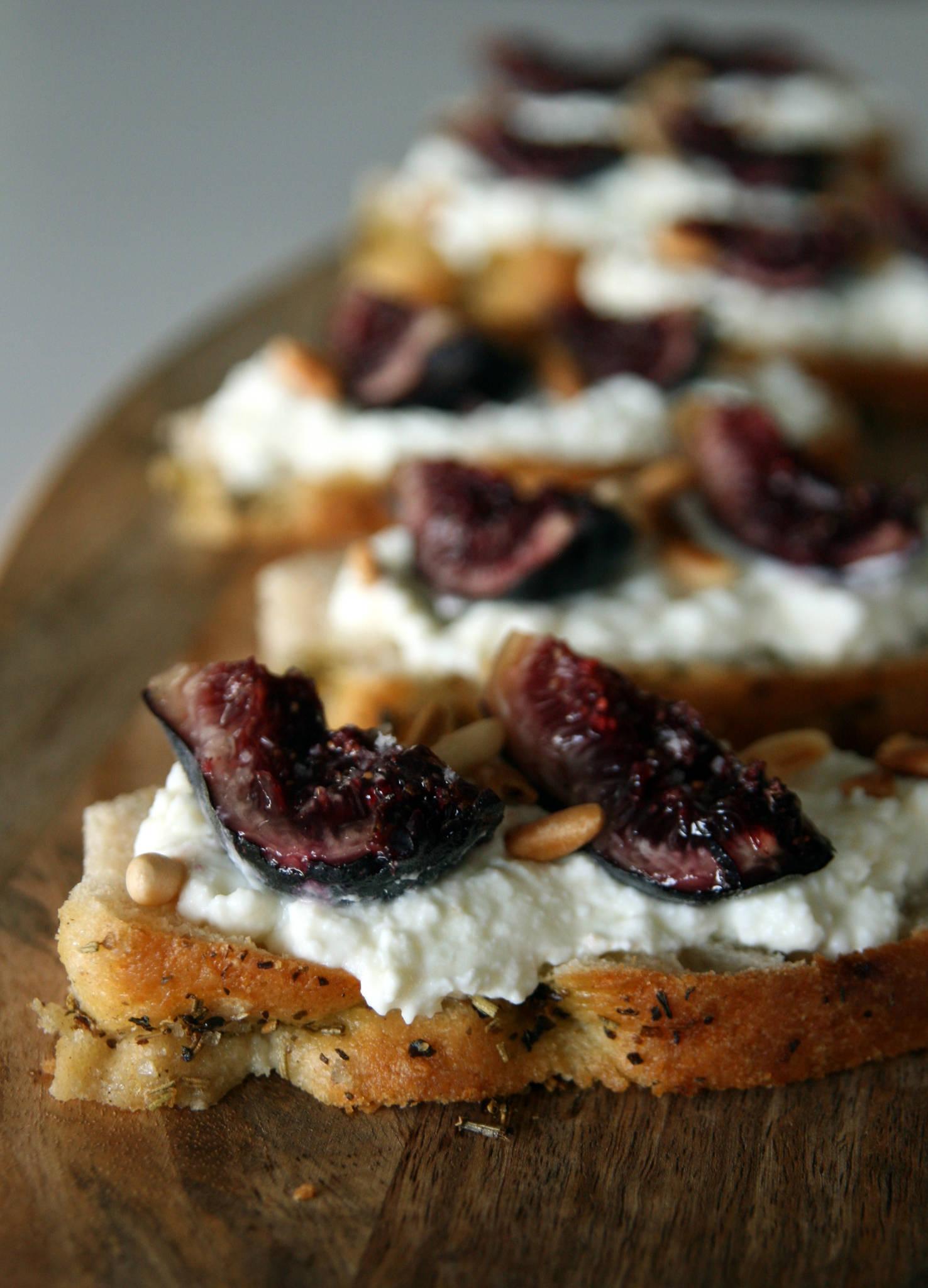 Tartines de foccacia, faisselle de brebis au miel, figues fraîches et pignons de pin torréfiés
