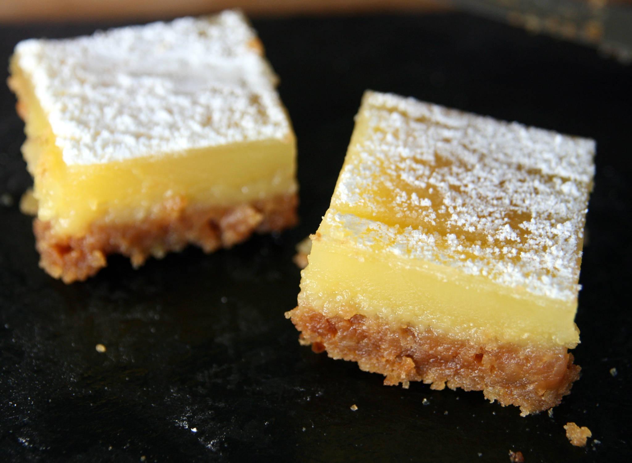 Carrés fondants aux deux citrons, speculoos et cardamome