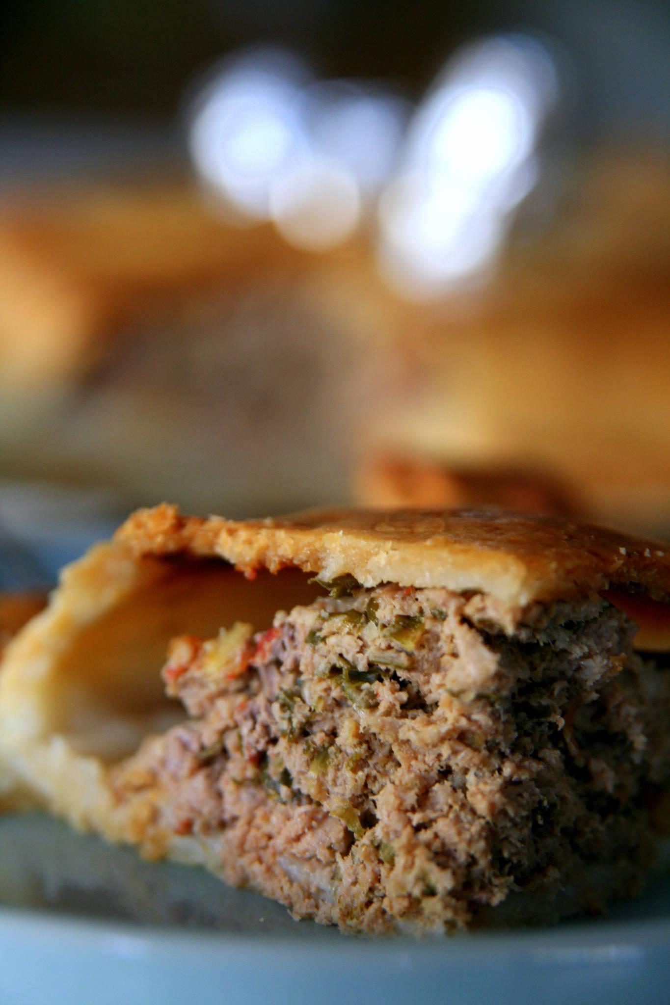 Grand empanada au boeuf et aux oignons