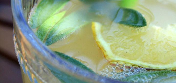 Punchy citronnade à la sauge