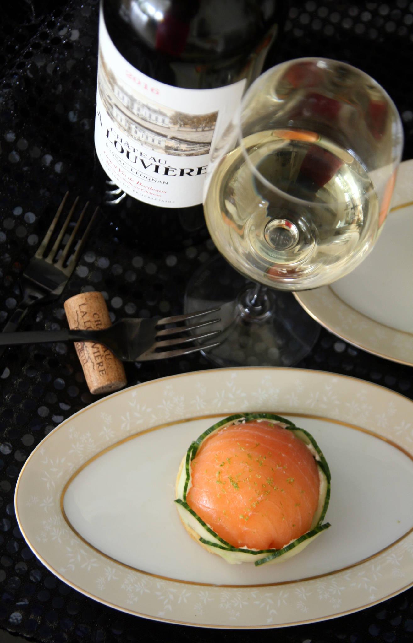 Dômes de saumon fumé à la crème citronnée, concombre, sablé au parmesan, Château La Louvière blanc 2016