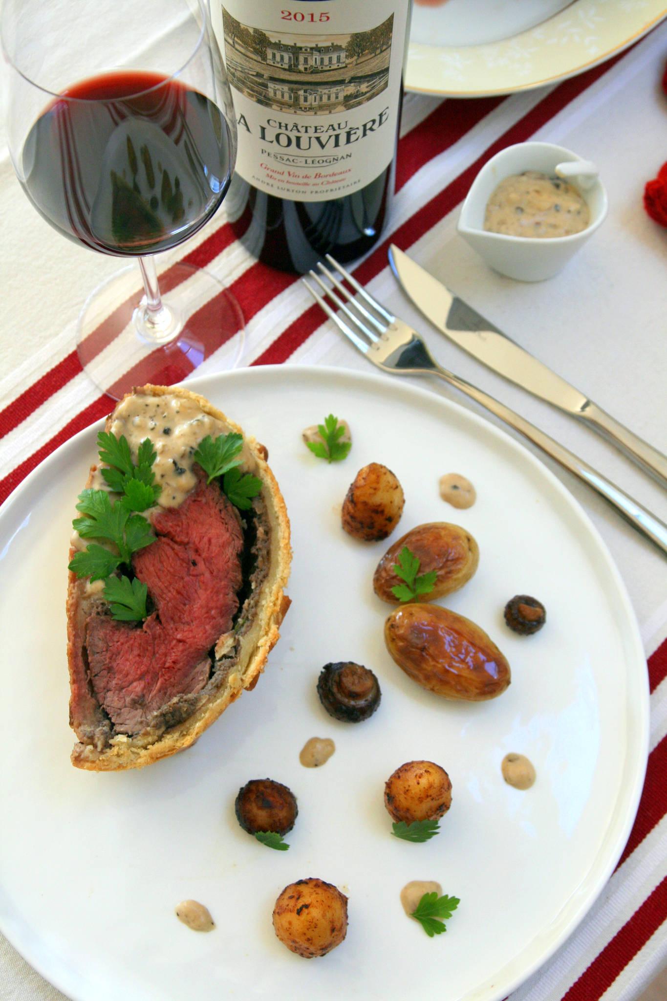 Filet de bœuf en croûte, sauce au poivre, Château La Louvière rouge 2015