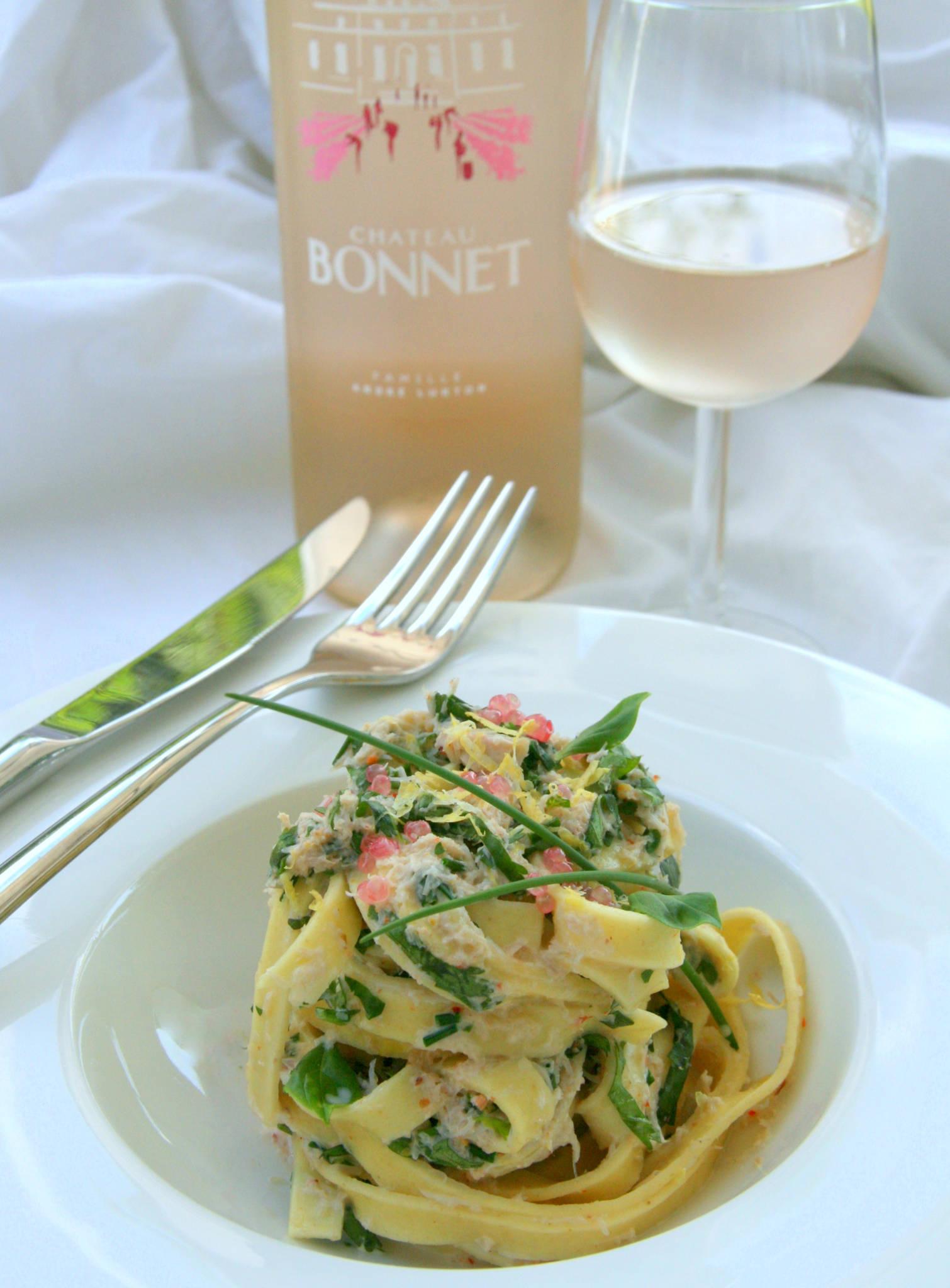 Tagliatelles au crabe et aux herbes fraîches, Château Bonnet rosé 2020