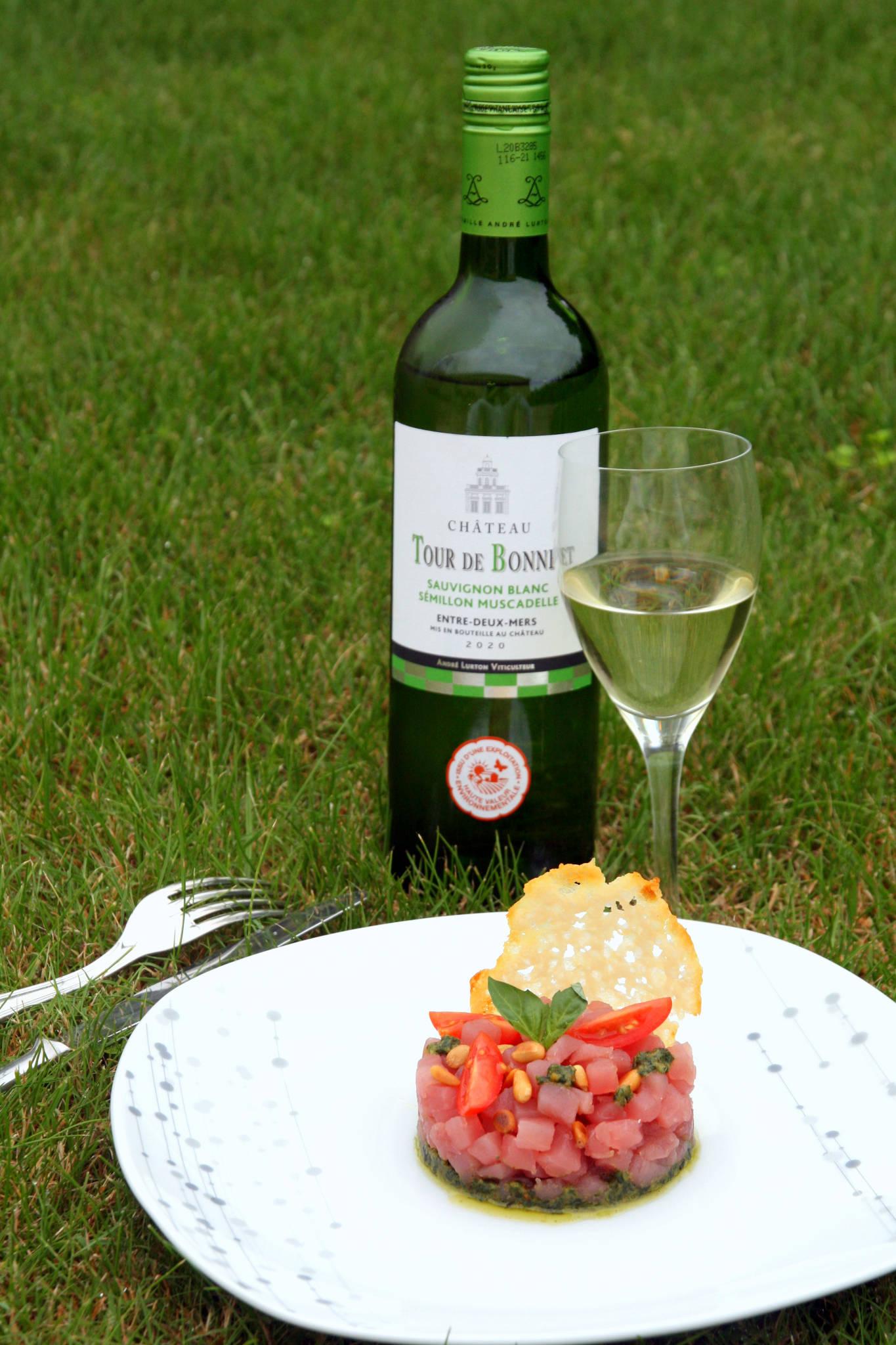 Tartare de thon à l'italienne, pesto maison, tuile de parmesan, Château Tour de Bonnet blanc 2020