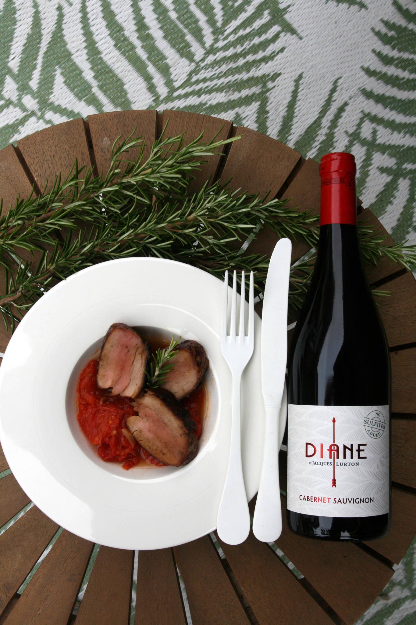 Filet mignon de porc caramélisé, concassée de tomate au thym et au romarin, Diane Cabernet Sauvignon rouge 2020